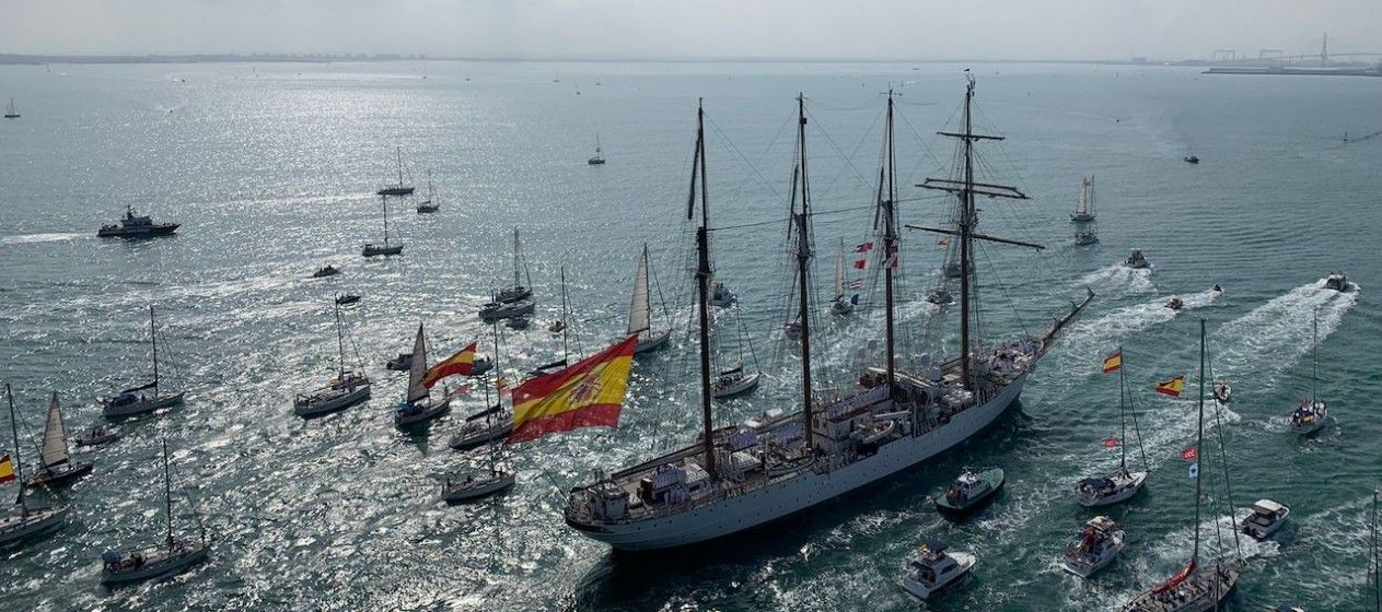 Un gran despliegue de embarcaciones deportivas acompaña la llegada al puerto de Cádiz