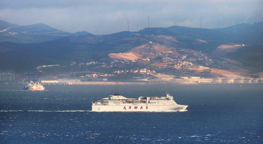 """El ferry """"Volcán de Tinamar"""" cruzando el Estrecho de Gibraltar"""