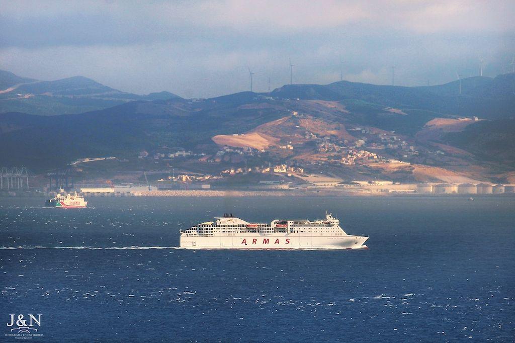 """El ferry """"Volcán de Tinamar"""" cruzando el pasado viernes el Estrecho de Gibraltar"""