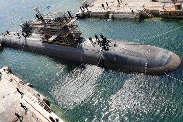 Maniobra de varada del submarino S-81 en el dique seco de Navantia Cartagena
