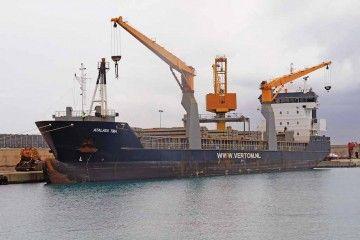 """El buque """"Atalaya TMA"""", atracado en su primera escala en el puerto de Alcudia"""