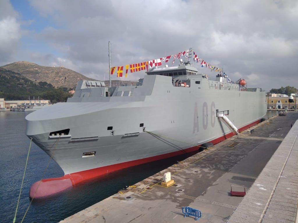 """El buque logístico """"Ysabel"""" (A 06), engalanado, en su atraque del arsenal de Cartagena"""