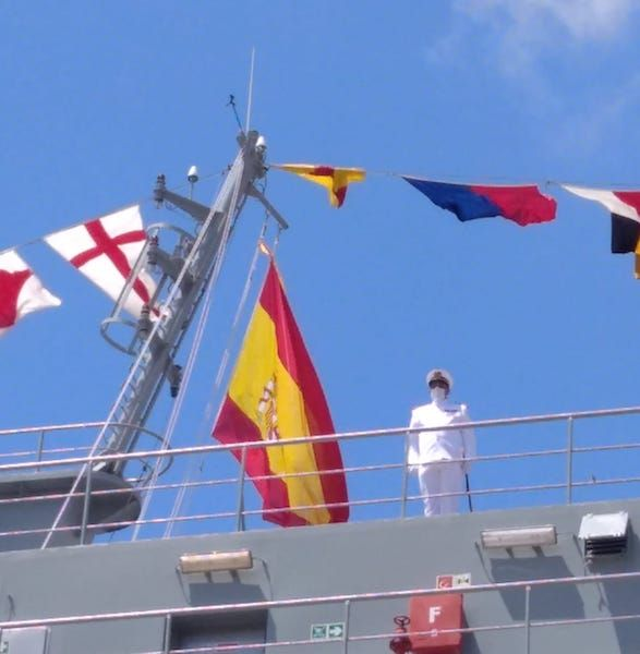 El comandante del buque, tras el izado de la Bandera