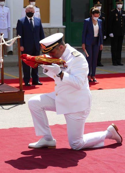 El comandante recibe la Bandera del buque de su mando
