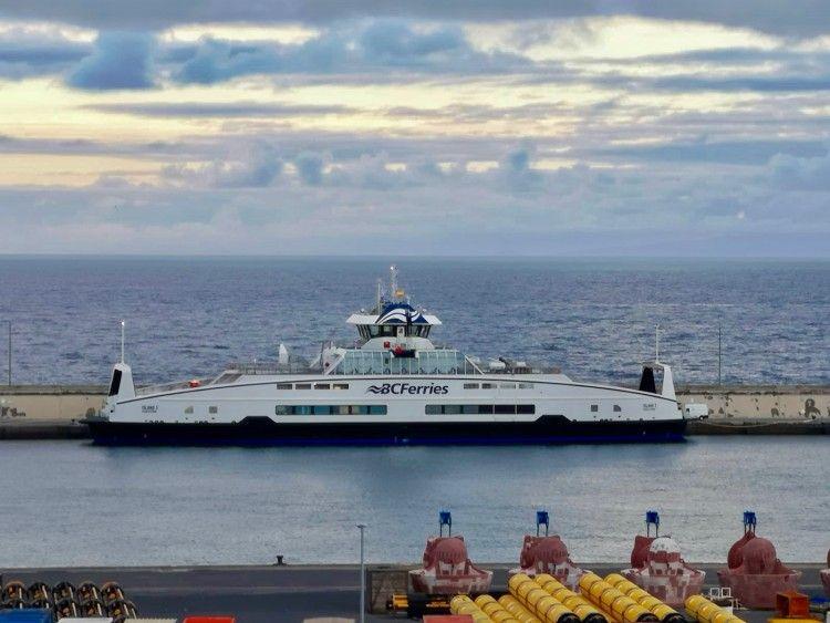 """El ferry double end """"Island 3"""", atracado en el puerto de Santa Cruz de Tenerife"""