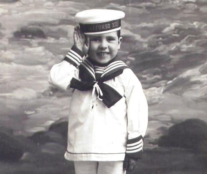 Simpática foto de un niño vestido de marinero en su primera comunión