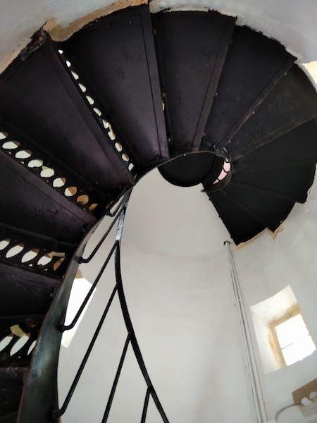 Escalera de caracol en el acceso interior del faro