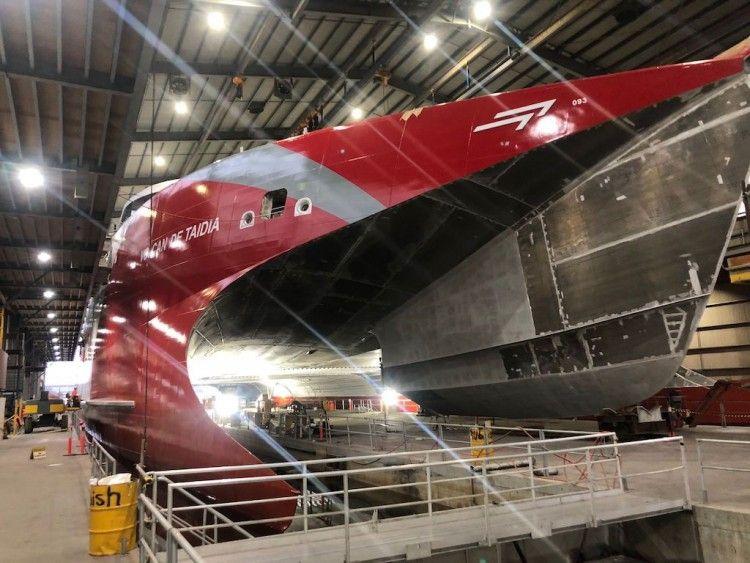 El nuevo catamarán de Naviera Armas flotará la próxima semana
