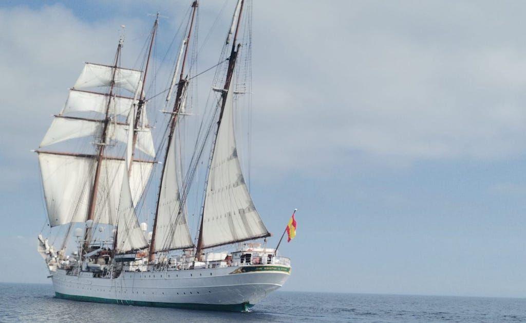 El buque-escuela, durante su recalada en la bahía de Algeciras