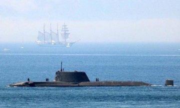 """El submarino nuclear británico HMS """"Artful"""" y la silueta del buque-escuela """"Juan Sebastián de Elcano"""""""