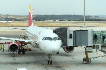 El avión A321 de Iberia Express EC-JIL, aparcado en Madrid-Barajas