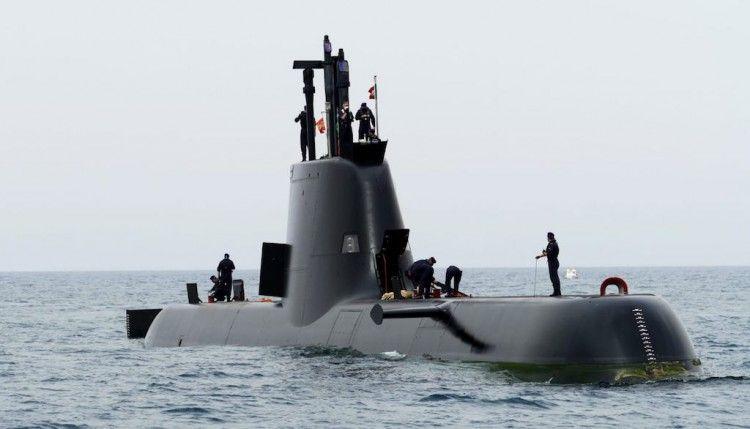 """El submarino portugués """"NRP Tridente"""", en la maniobra de entrada en el puerto de Cartagena"""