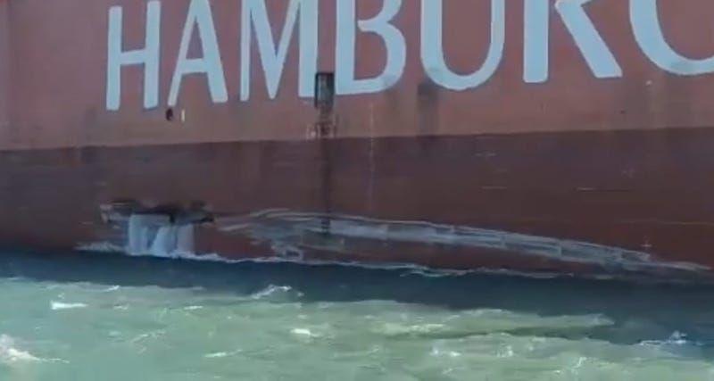 El buque tiene una fisura en el casco por la banda de babor