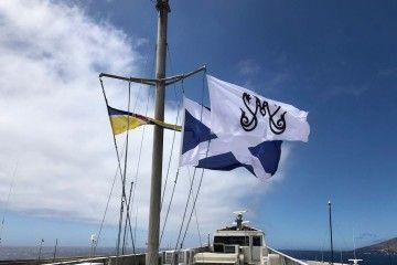 """La bandera de la Bajada, izada en el tope del catamarán """"Volcán de Tirajana"""""""