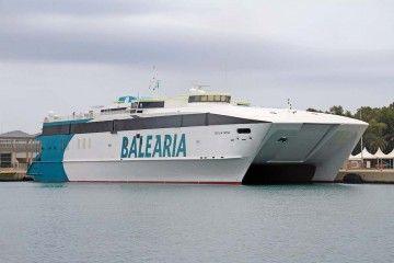 """El catamarán """"Cecilia Payne"""", atracado en el puerto de Alcudia"""
