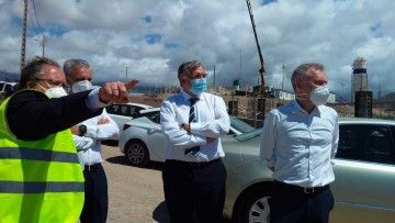 Francisco Toledo recibe explicaciones en el puerto de Granadilla