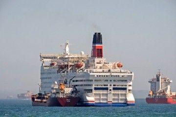 """El ferry """"Saga"""", fletado por Inter Shipping, aguarda fondeado en la bahía de Algeciras"""