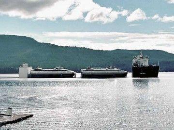 Maniobra de carga de los dos catamaranes en el buque dique