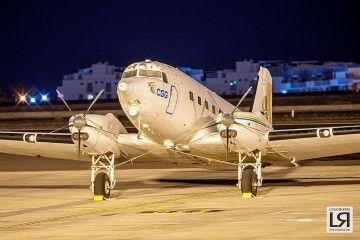 El avió Basler BT-67, anoche, aparcado en Tenerife Sur