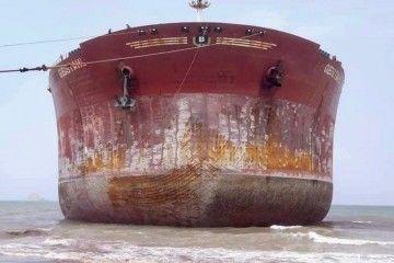 Vista de proa del buque, recién varado para su desguace