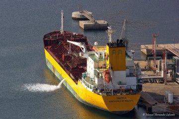 """El petrolero español """"Tinerfe"""", atracado en la terminal de Escombreras"""