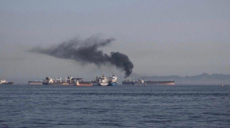 Un petrolero, a falta de identificar, dejando una gran humareda