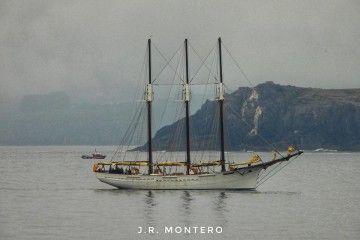 Con el aparejo aferrado, en la  maniobra de entrada en el puerto de A Coruña