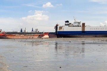 """El buque """"Bay 1"""", ex """"Gran Canaria Car"""", varado para desguace en Chittagong"""