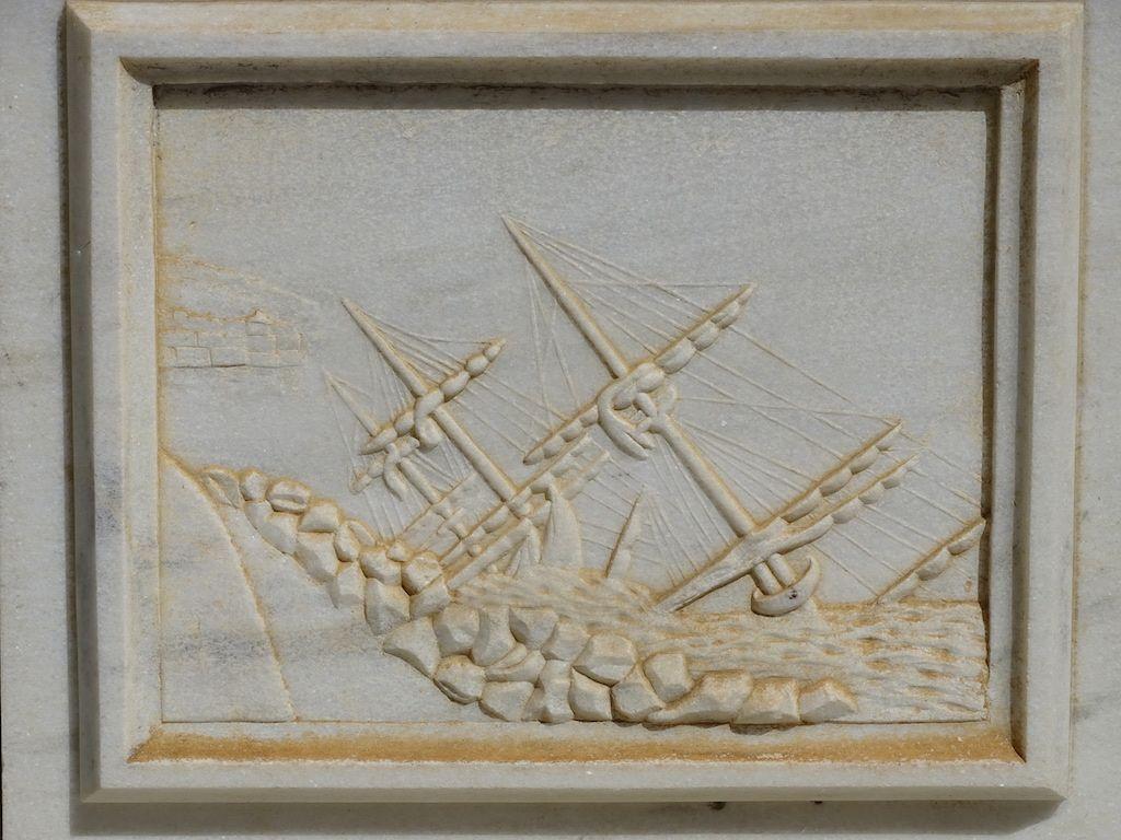 Bajorrelieve con la imagen de la fragata naufragada