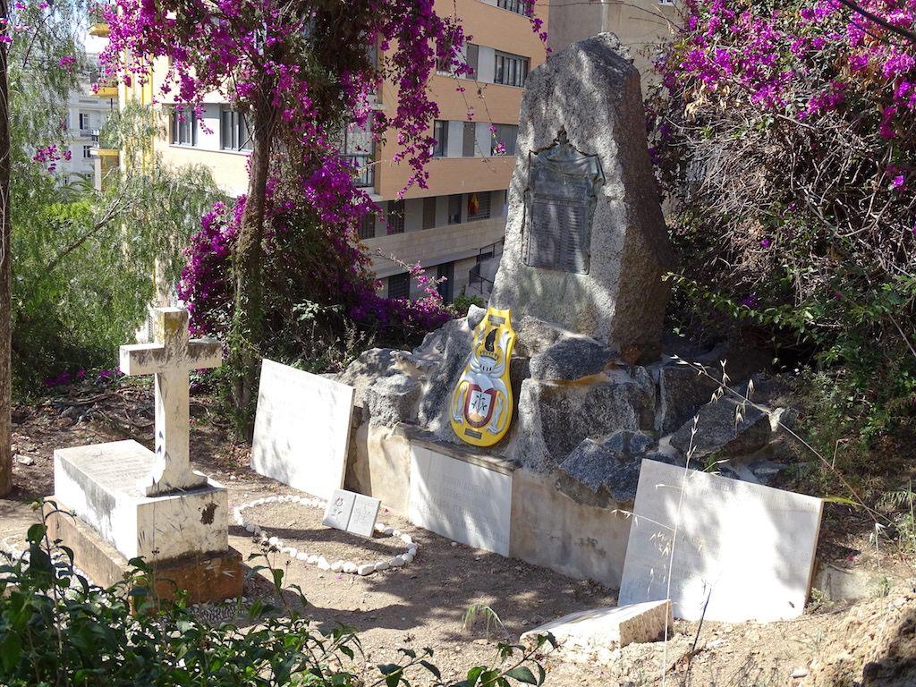 El cementerio conserva en estado de decoro las tumbas de los infortunados marinos