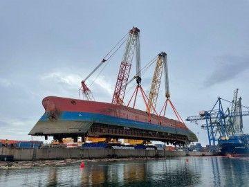 El casco del buque sale del agua en posición invertida