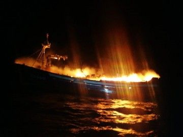 """El fuego ha destruido el pesquero """"Siempre al Alba"""""""