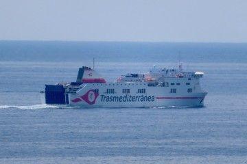 """El buque """"Ciudad de Palma"""" navegando frente a Marivent"""