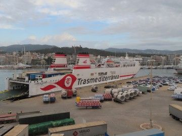 """El ferry """"Ciudad de Mahón"""", atracado en el puerto de Palma"""