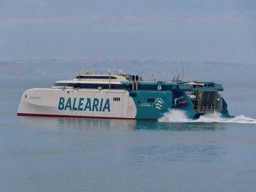"El catamarán ""Eleanor Roosevelt"", a su salida de Palma de Mallorca"