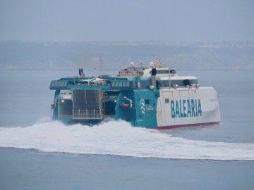 """El catamarán """"Eleanor Roosevelt"""", a su salida del puerto de Palma"""