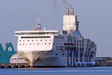 """La espantosa chimenea del ferry """"Excellent"""", en su primera escala en Palma"""