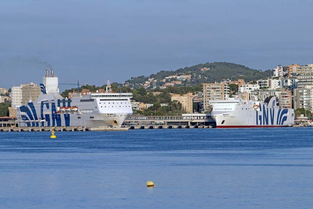 """""""Excellent"""" y """"GNV Bridge"""" atracados esta mañana en Palma"""