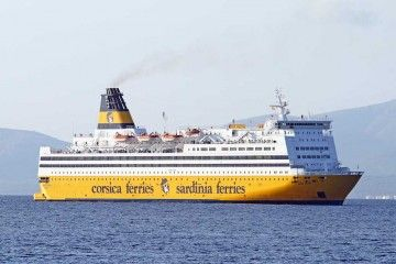 "El ferry ""Mega Regina"", a su llegada al puerto de Alcudia"