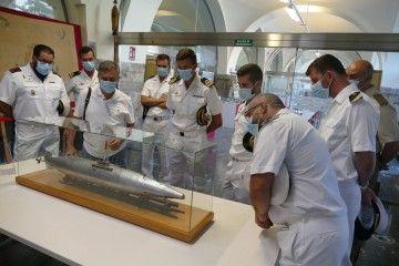 Los visitantes, junto a uno de los modelos de Juan Ignacio Chacón