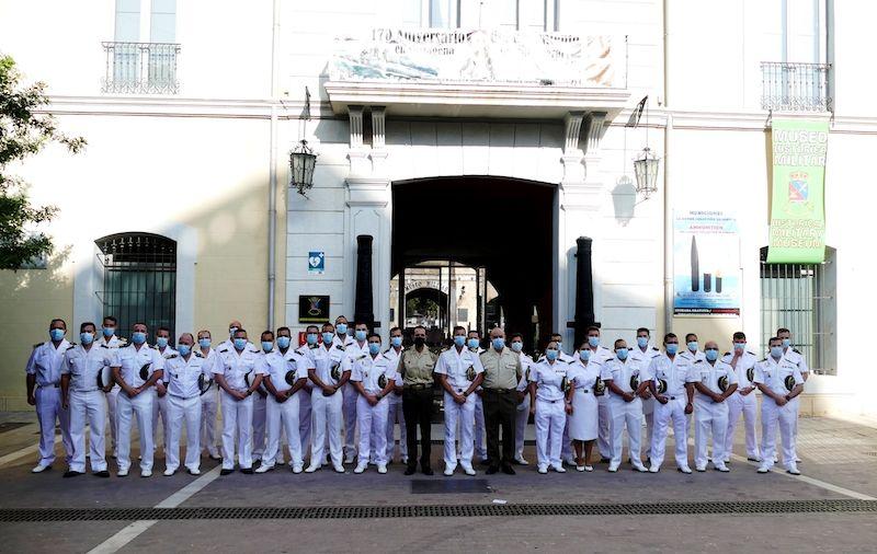 """Foto de familia de la dotación del submarino S-81 """"Isaac Peral"""" y sus anfitriones"""