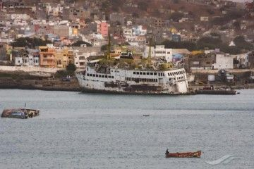 """El ferry """"Tarrafal"""", ex """"Buganvilla"""", abandonado en el puerto de Praia"""