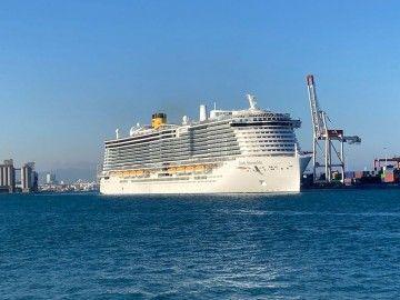 """El buque """"Costa Smeralda"""", a su salida esta tarde del puerto de Barcelona"""