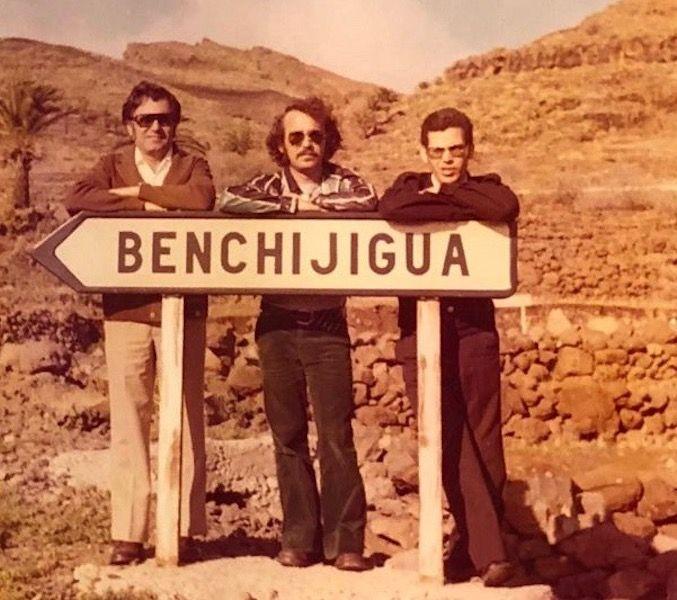 Apoyados en el letrero del desvío a Benchijigua, de izq. a dcha, José Manuel Jiménez Morales, Vicente Hernández y José García Oliva