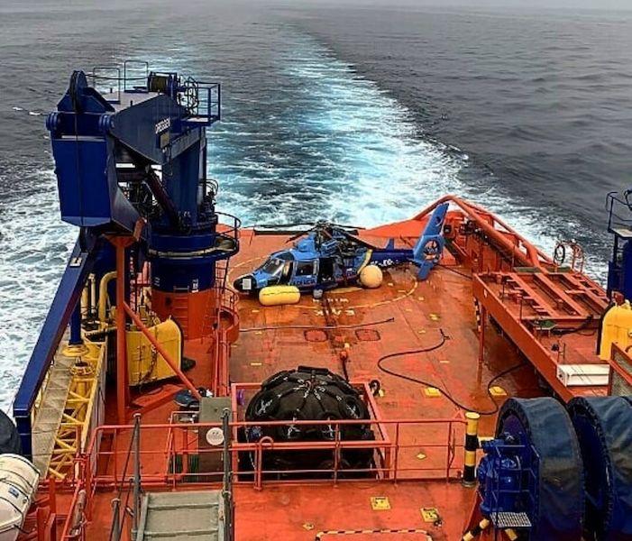 El helicóptero, trasladado en la cántara del remolcador de Salvamento Marítimo