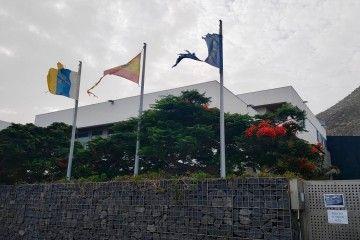 Las banderas visibles en la sede del IEO en Tenerife, hechas jirones