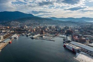 """El catamarán """"Volcán de Taida"""" maniobra en el puerto de Hobart (Australia)"""