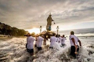La imagen de la Virgen del Carmen, a hombros de marineros gallegos