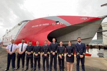 """Foto de familia de los oficiales del catamarán """"Volcán de Taidía"""""""