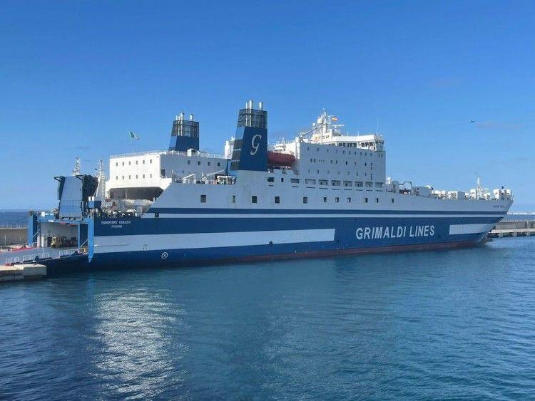 """El buque """"Euroferry Egnazia"""", esta mañana, atracado en el puerto de Ibiza"""